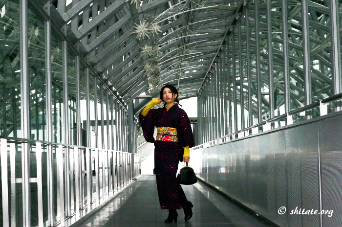 京都駅の空中経路でブーツ×着物のポートレート写真