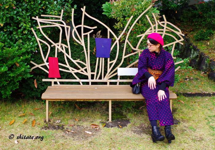 オシャレなイスに座る着物女子写真