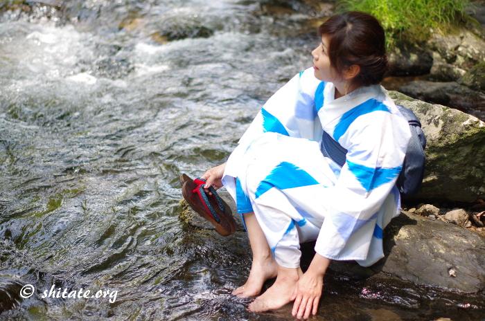 川と素足と浴衣ポートレート