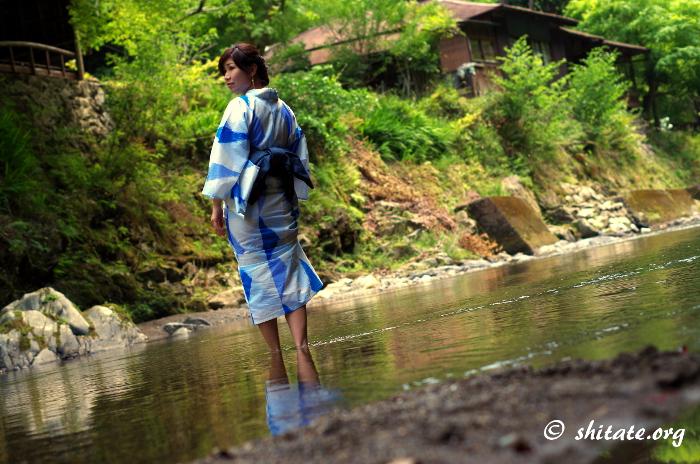 浴衣で川を渡る