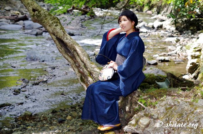 デニム着物の着こなし・川辺に座ってポートレート2