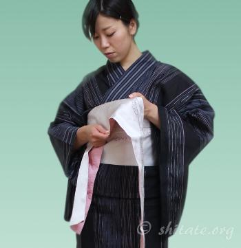 浴衣帯の結び方 背中から前に帯を巻く3