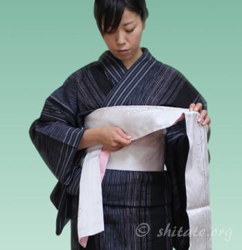 浴衣帯の結び方 背中から前に帯を巻く4