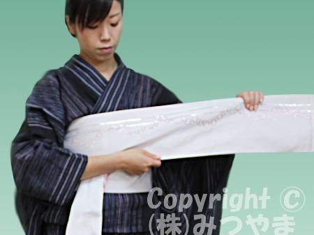 浴衣リボン結び 帯端を斜めに折る2回目-1