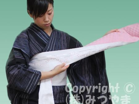 浴衣リボン結び 帯端を斜めに折る2回目-2