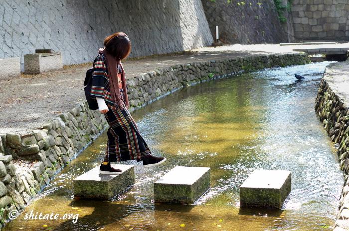 飛び石を渡る着物女子