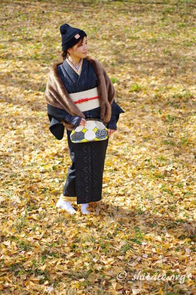 二枚重ねの着物コーデ・落ち葉の絨毯