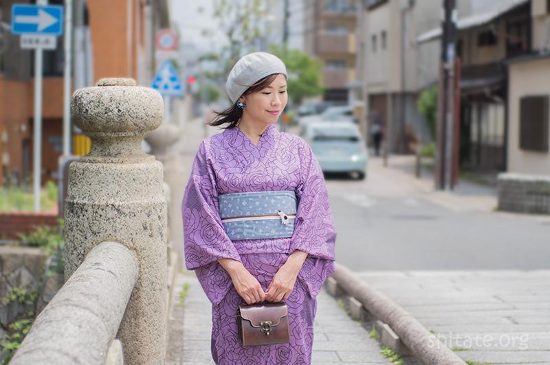グレーのベレー帽と紫の浴衣でコーディネート
