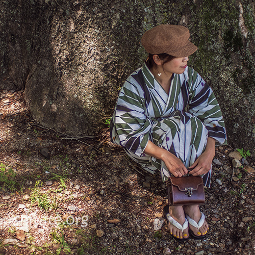 帽子と浴衣のコーデ・木の下