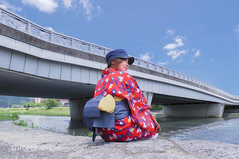 赤浴衣と橋(座りポーズ)