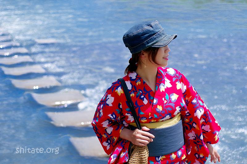 デニムの帽子と赤の浴衣(バストアップ写真)