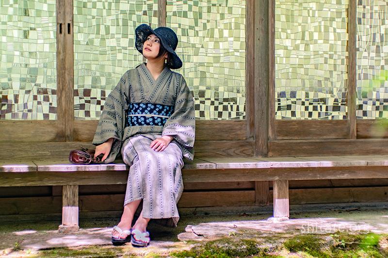 紺色の麦わら帽子と浴衣のコーディネート7