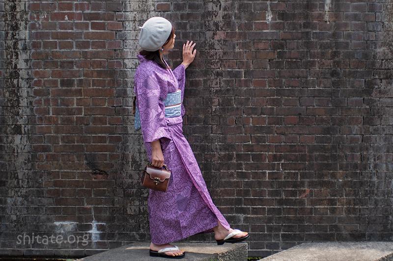 グレーのベレー帽と紫の浴衣のコーデ1