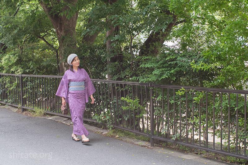 グレーのベレー帽と紫の浴衣でコーディネート3