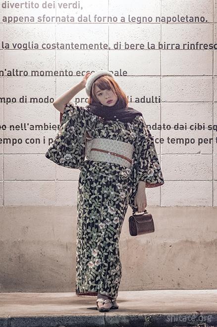 エリス梨亜奈さんと英字の壁