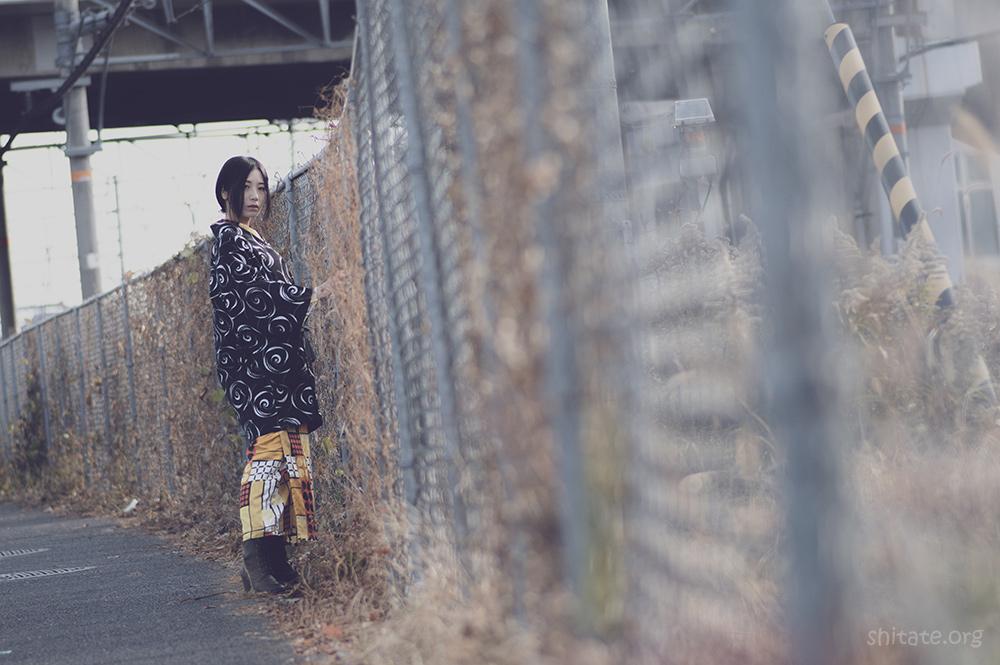 着物ポートレート・線路沿いの金網