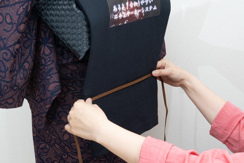 帯締めでTシャツの下側を固定する1